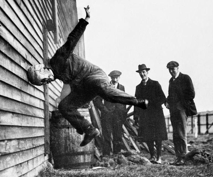Pruebas de resistencia de cascos para fútbol, 1912. Un hombre se golpea contra una pared para determinar la resistencia del ingenio.