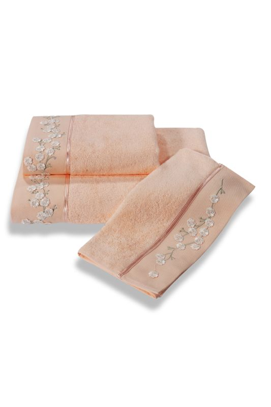 Ręczniki z kolekcji RUYA wykonane są z bambusowego materiału, mają właściwości antybakteryjne i hipoalergiczne, nadają się dla alergików i osób ze skórą wrażliwą. Zdobione ręcznik 32x50 cm, 50x100 cm i 85x150 cm są haftowanymi wiosennymi kwiatami i satynową wstążką. Ręczniki te mają 4x większą chłonność niż bawełna, są bardzo miękkie, delikatne i szybko schną. Ze względu na naturalne właściwości antybakteryjne są idealnym wyborem również do słabiej klimatyzowanych łazienek.