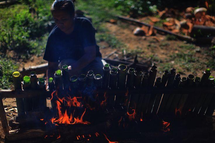 Ibu Johan membakar Nasi Bambu
