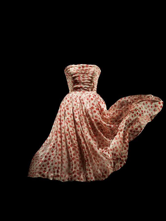 Robe Rose Pompon en mousseline de soie imprimée de roses, collection Haute Couture printemps-été 1952, ligne Sinueuse. © Laziz Hamani.