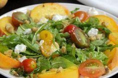 Салат с персиками, рукколой и козьим сыром