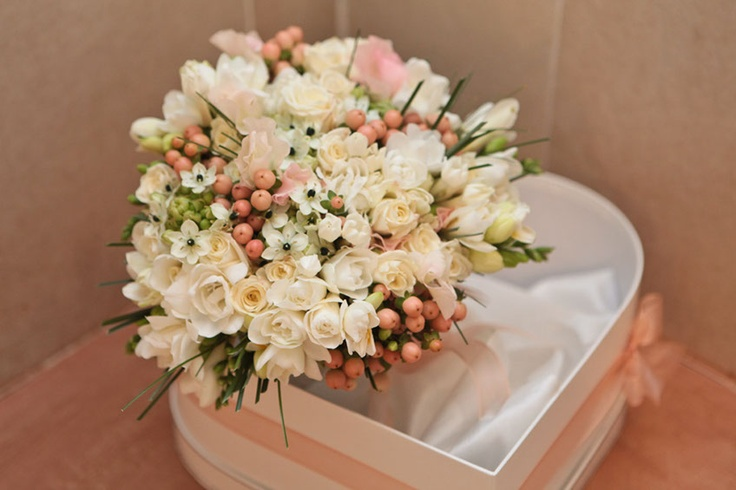 bouquet: fresie, roselline, pisello odoroso, bovardia e ipperico