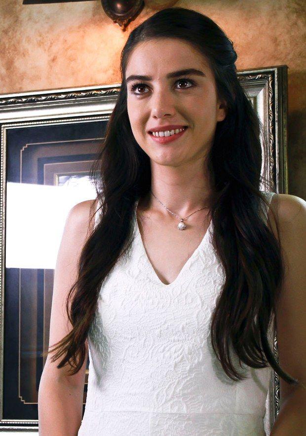 Kiraz Mevsimi'nin Öykü'sü Özge Gürel'in hayatı Kiraz Mevsimi dizisinin sevilen oyuncusu Özge Gürel 27 yaşında genç bir oyuncu.
