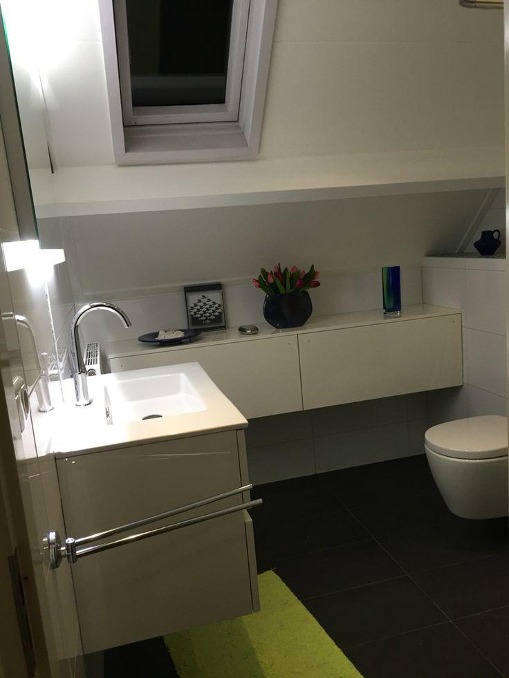 Mooie witte met antraciet badkamer, glas mozaïek blauw