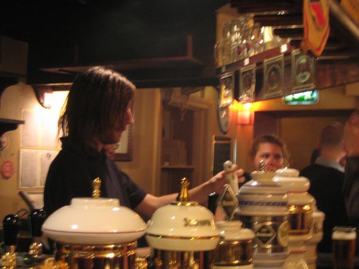 Soldaten Svejk, bar/restaurante - comida e cervejas tchecas incríveis. Aberto até mais tarde (0h) > Östgötagatan, 35.