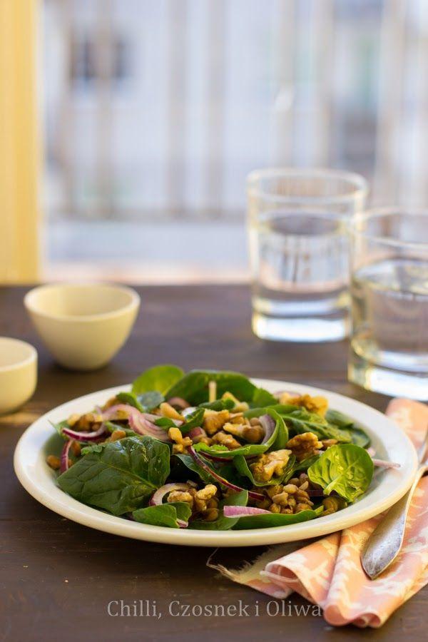 salatka szpinak soczewica orzechy