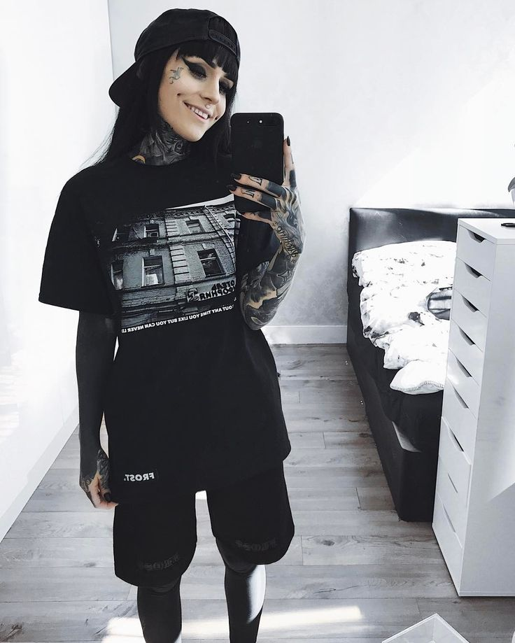 "Monami Frost (@monamifrost) sur Instagram : ""MAY 1ST ❗️MONAMIFROST.COM❗️ @froststreetwear NEW SWEAT SHORTS / NEW HOTEL CALI TEE ❄️ ALL NEW…"""