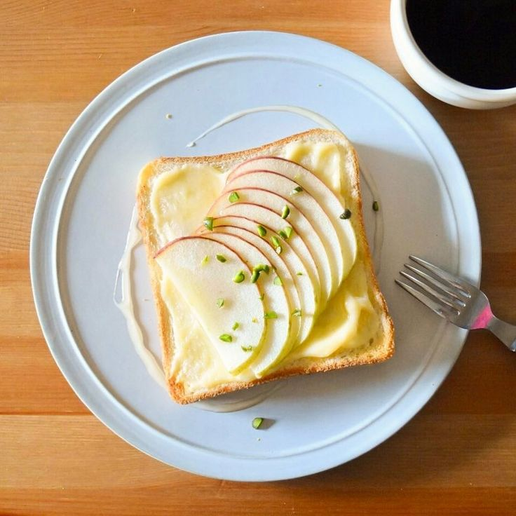 Today's breakfast. りんご、クリームチーズ、はちみつトースト。