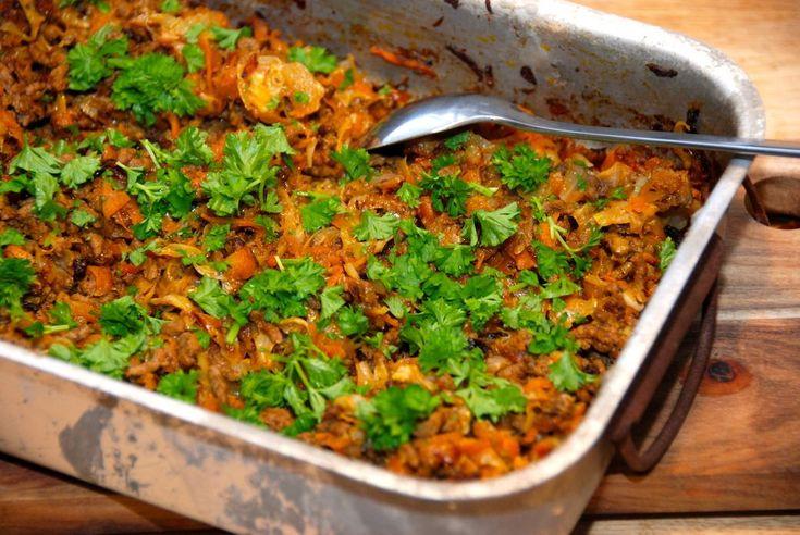 Super god opskrift på hakket oksekød med hvidkål og gulerødder, der laves i et fad i ovnen. Kan serveres med kogte ris.
