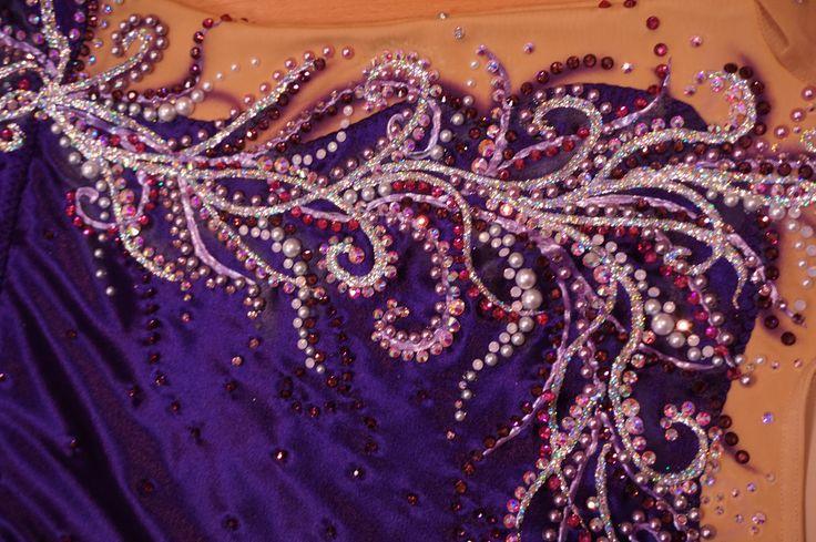 Peinture et strass sur un justaucorps en satin violet