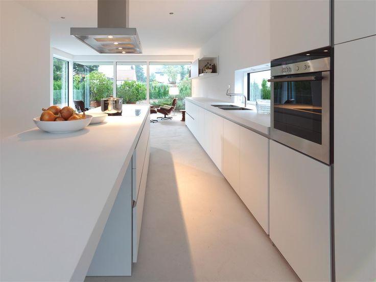 Witte keuken wit werkblad bleke vloer