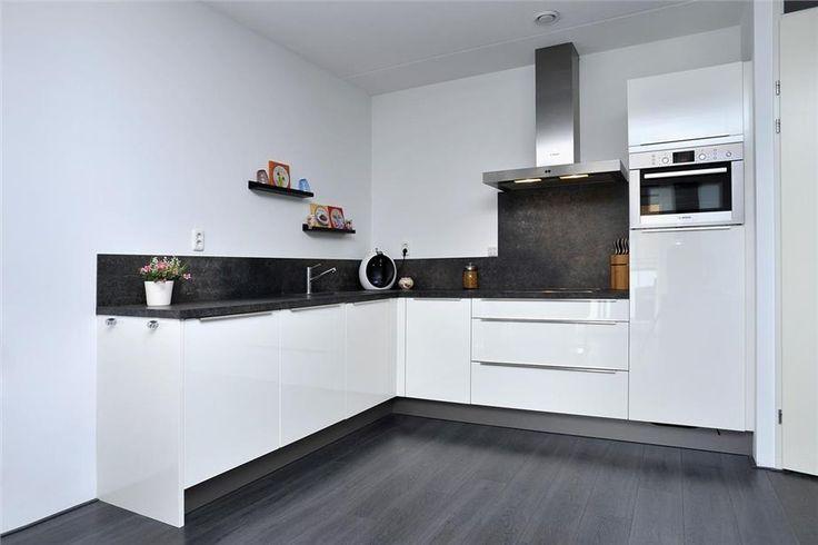 25 beste idee n over kleine witte keukens op pinterest metro tegel keuken kleine keukens en - Rode metro tegel ...
