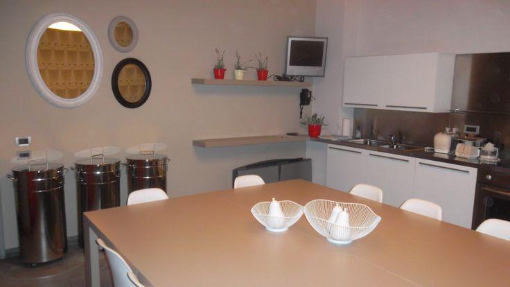 BEAUTY AND DESIGN cucina realizzata con pensili bianchi su misura, tavolo rovere, oggetti decorativi edg, pattumiere in acciaio inox, specchi a parete Edg