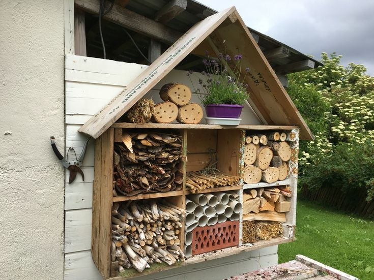 My bee-Hotel.. Re-usex3: first bacalao boxes, then dollhouse for my housbands sister, and now as a bee-hotel😃