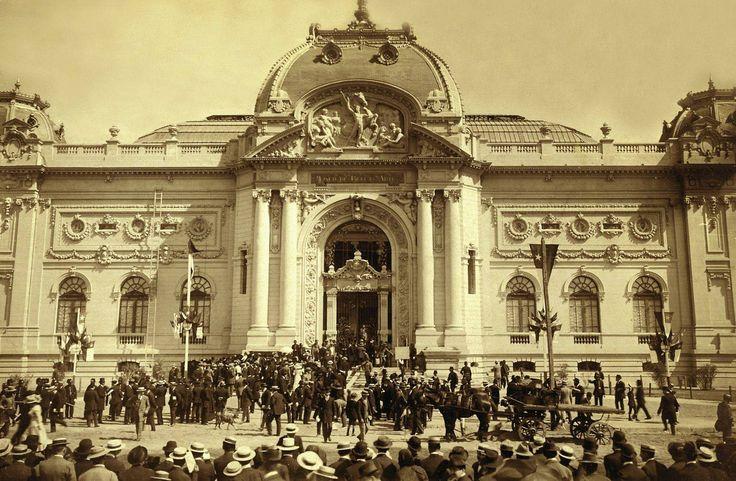 Chile. Inauguración del Museo de Bellas Artes de Santiago el 21 de setiembre de 1910, obra del arquitecto chileno-francés Émile Jéquier. La inauguración coincidió con el centenario de la independencia de Chile.