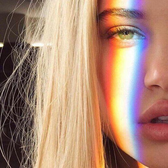 Regenbogen Fotografie: Low Budget Hack für besondere Porträt Fotos. Inspiration für dein nächstes Shooting. #regenbogen #reflektion #porträtfotog…