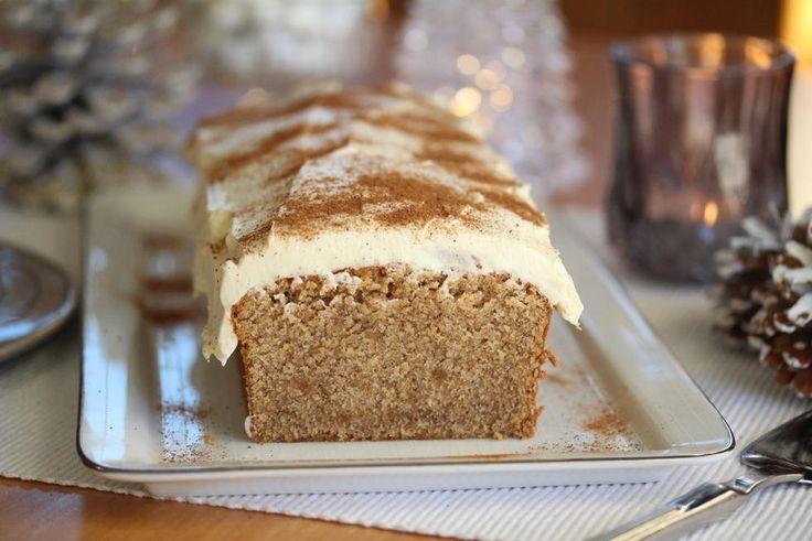 Myk pepperkake er en enkel formkake med deilig pepperkakekrydder. Jeg har dekket kaken med et tykt lag ostekrem for å gjøre den ekstra god! Og så et lite dryss kanel til slutt.    Denne kaken lukter og smaker det virkelig jul av!    Oppskrift og foto: Kristine Ilstad/Det søte liv.