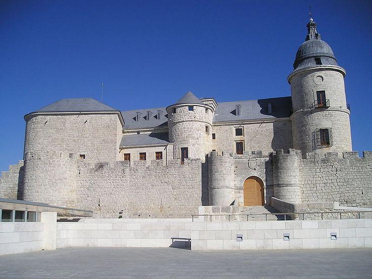 CASTLES OF SPAIN - Castillo de Simancas, Valladolid. En el siglo XV la familia Enríquez, Almirantes de Castilla, reconstruyó la vieja fortaleza árabe. Los Reyes Católicos la reclamaron para la corona y la convirtieron en prisión de Estado. Aquí estuvo preso y fue ejecutado con garrote vil el obispo de Zamora, don Antonio de Acuña, capitán comunero de Castilla. Este personaje  estranguló al alcaide de la fortaleza y trató de huir siendo capturado de nuevo.