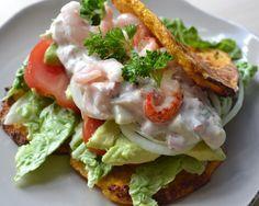 Skøn, hjemmelavet rejesalat med krebehaler. Serveret på low-carb pandekager af blomkål og gulerod. Se opskriften på www.smagpaamaden.dk
