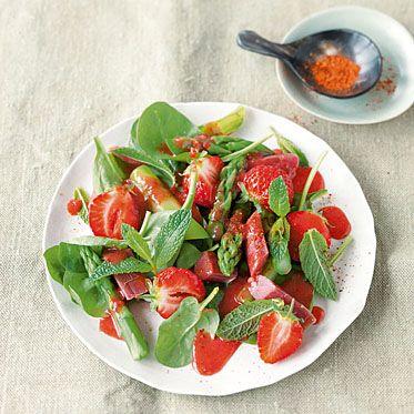 Spargel und Erdbeeren passen hervorragend zusammen. Als Salat bekommt ihr so eine tolle sommerliche Vorspeise.