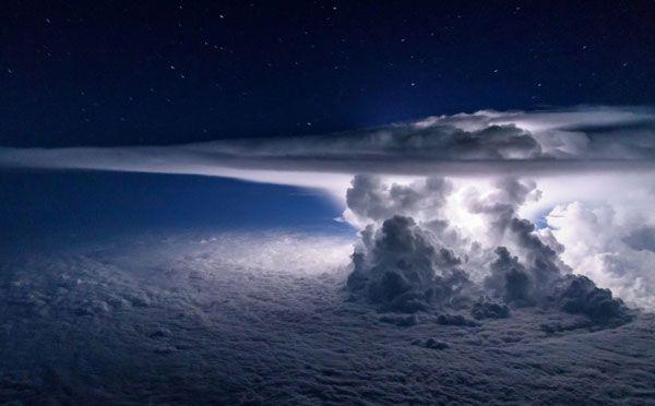 上空1万メートルから撮影した「光る積乱雲」の写真が美しすぎる! − ISUTA(イスタ)オシャレを発信するニュースサイト