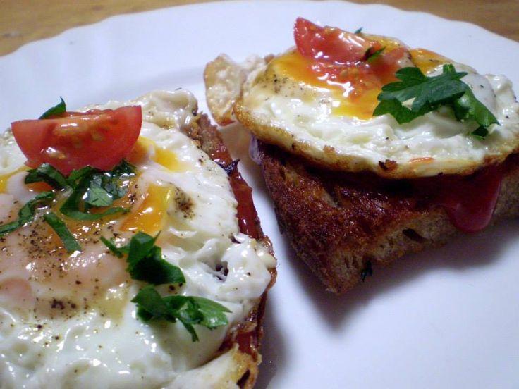 Topinka s česnekem a sázeným vejcem | Vaření s Tomem