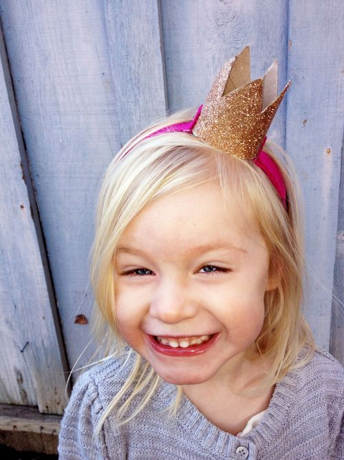 Paper crown. Corona de papel. www.amamillo.com DIY: No-Sew Cardboard Crown Headband