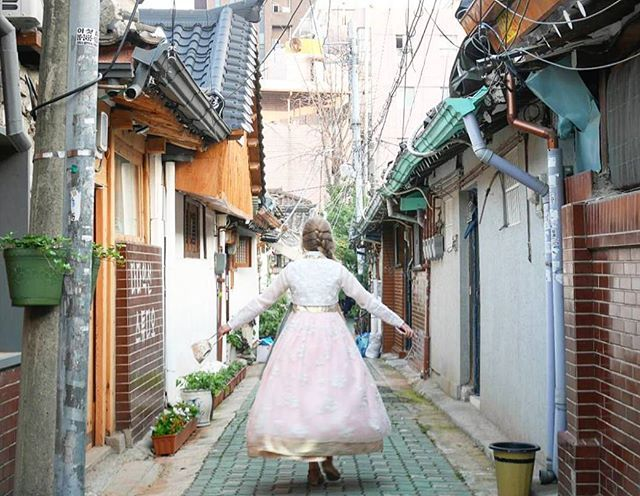 💃Photo by @hiimjhk 토요일 산책길 😊 노는 것도 좋지만 모두들 폭염 주의하세요! #모자필수 #양산필수 Saturday strolling 🚩Location: #익선동 #ikseondong ____________________________ Share beautiful #Seoul_Korea Chosen by mod @happyboil