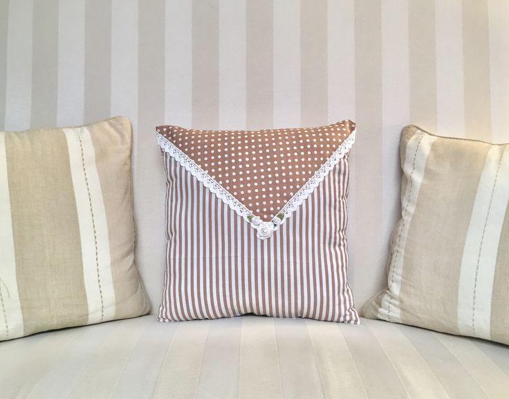 Coussin 33x33 taupe blanc pois rayures dentelle fleurs perles Shabby Chic : Textiles et tapis par monautrefois
