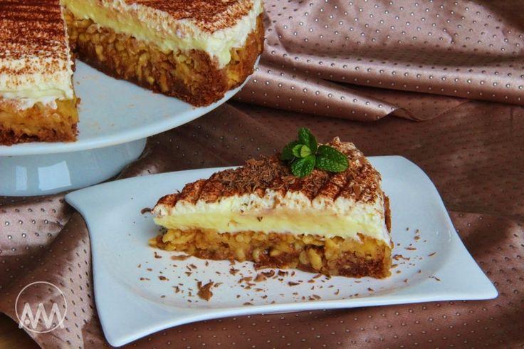 Obrácený jablkový koláč s pudinkovým krémem, krok 2: Vejce vyšlehejte s cukry do pěny, přilijte vlažnou vodu a postupně přisypávejte mouku smíchanou s práškem do pečiva a kakaem a zlehka důkladně promíchejte. Vlijte na jablka a vložte do trouby vyhřáté na 220 stupňů na cca 15–20 minut. Zda je upečeno, zkuste špejlí – těsto se nelepí.