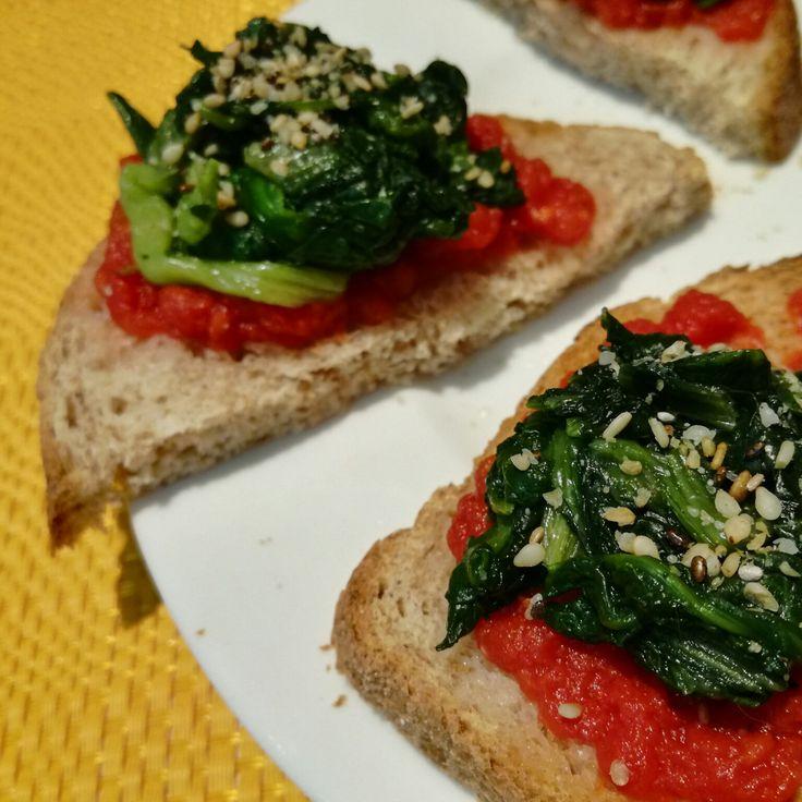Proteggere i Capelli in Estate attraverso l'Alimentazione: Pane Integrale con Pomodoro, Verdure a Foglia Verde, Granella di Sesamo e Olio Extravergine a Crudo.