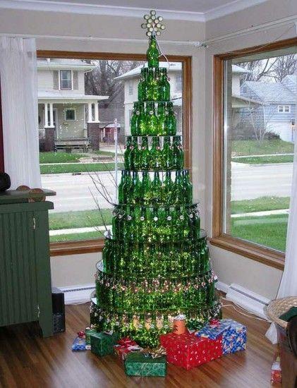 Árvore de Natal com garrafas.