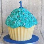 Cake smash taart. Lichtblauw, verjaardagstaart jongen 1 jaar. www.cakeandcrumbles.nl