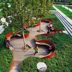 Mobiliário e revestimento - Deck de madeira com banco em forma orgânica delimitando a área verde
