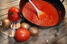 Chega uma hora na vida em que é preciso saber fazer um bom molho de tomate caseiro. Veja essa receita super fácil e saborosa.