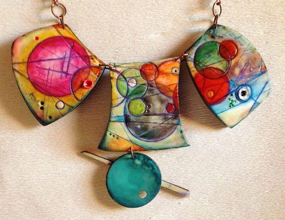 Questa collana in argilla polimerica è un tributo al Surrealimo artistico che io adoro.  I punti, le linee e le superfici creano lo spazio per il