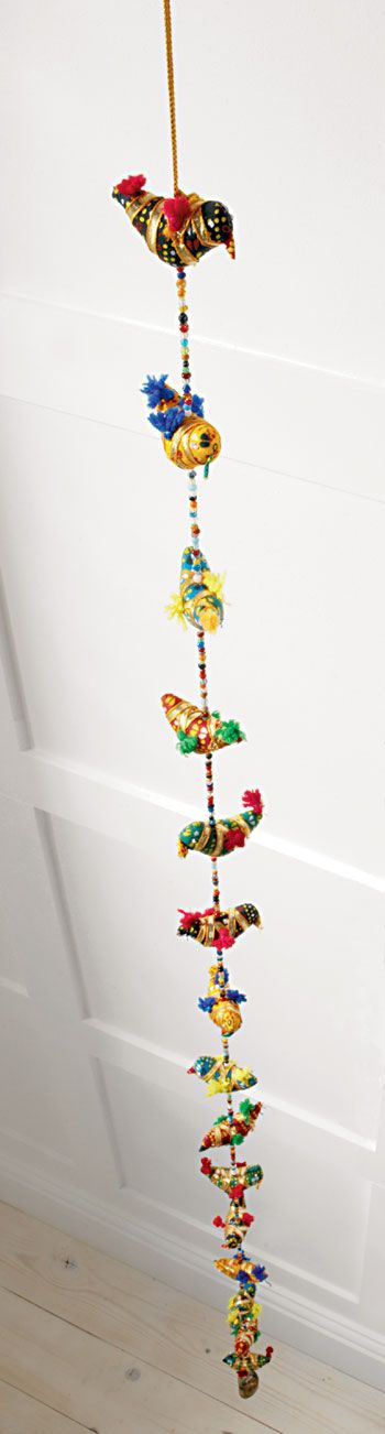 String of beaded fabric birds: Magic Zebras, Fabrics Manipulation, Art Fil Living, Birds Magic, Beads Fabrics, Hanging Birds, Fabrics Birds, Fabric Birds, Gran Proyecto