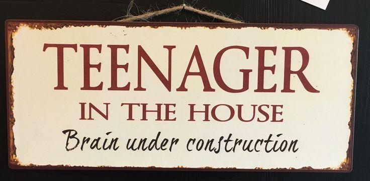 """Skilt med teksten: """"Teenager in the house - Brain under construction"""""""