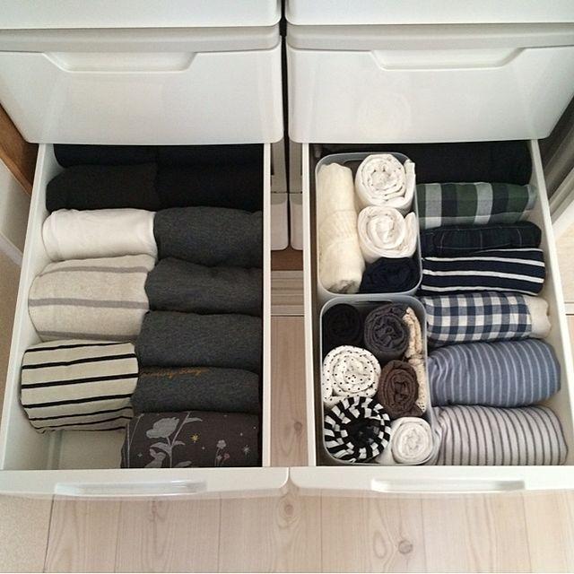 女性で、の断捨離/整理収納部/洋服収納/衣装ケース/収納/押入れ…などについてのインテリア実例を紹介。「今日は朝から お洋服の断捨離&整理整頓中。  左:長袖、右:半袖やキャミなど。 長袖 モノトーンの服ばっかだな(-。-;   私より旦那の服の方が多い気がするから、勝手に減らしちゃおっ( *´艸`)」(この写真は 2014-09-29 14:13:19 に共有されました)