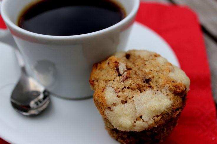 Obľúbený recept na kávovo-banánové muffiny s kúskami mandlí inšpirovaný filmom Raňajky u Tiffanyho. Čítali ste aj knihu?