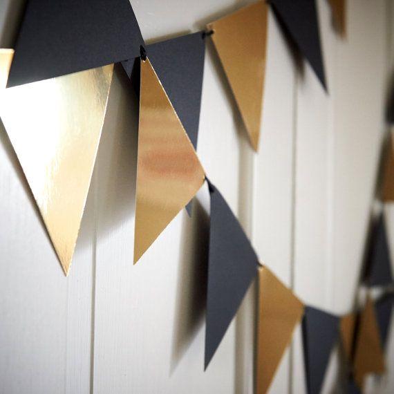 Deze Confetti Momma Bunting Banner is volledig onweerstaanbaar. Onze banner kunnen dergelijke een chique toevoeging aan uw verjaardagspartij, verlovingsfeest of jubileumfeest. U kon hangen op uw mantel, drape het achter uw drankje tafel of hang verschillende als de achtergrond van een foto-shoot. Onze Bunting Banner werd ontworpen met behulp van premium papier karton in zwart metallic goud en luxe zwart satijnen lint. Grootte: Ongeveer 6 breed x 5,5 hoog Klik hier voor meer 50e…