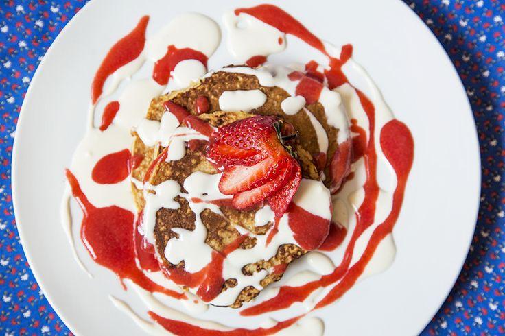 Crêpes à l'avoine nappées de coulis de fraises et de crème sure au miel #recettesduqc #dejeuner #brunch #crepe #fraise