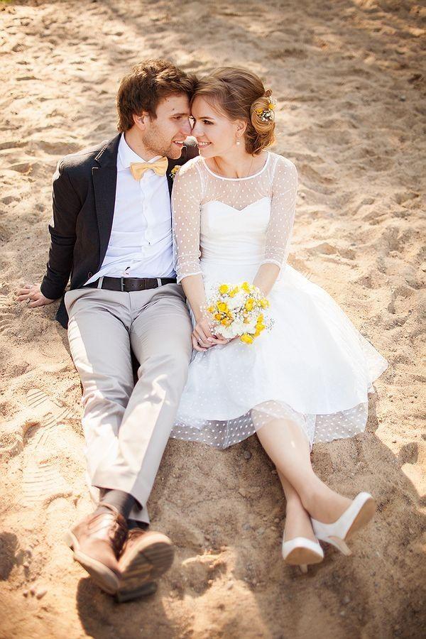 Свадьба в желтом цвете. Отличное сочетание костюма жениха и образа невесты.  Смотри всю фотосессию по ссылке http://hibride.ru/2014/04/10/svadba-handmade-zhenya-i-lesha/ #weddingdetails #yellowwedding #hibrideМ