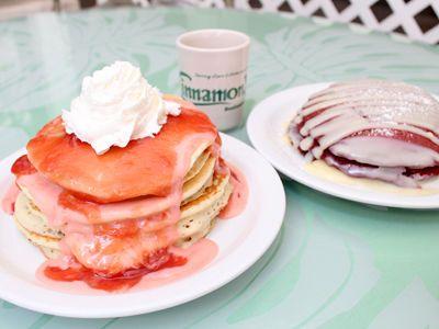 出典 www.aloha-street.com レッドベルベットパンケーキ $8.75 おすすめ度: ★★★★★  カイルア地区で常に行列が絶えない、朝食&ランチの超人気店「シナモンズ」のワイキキ店です。  食事メニューも充実していますが、人気なのはグアバソースがたっぷりかかったグアバ・シフォン・パンケーキ(左)と、ホワイトチョコレートのソースがかかったレッドベルベット・パンケーキ(右)。  イリカイホテル内にお店があり、テラス席ではヨットハーバーが一望できる開放的な雰囲気。イリカイホテルは、人気ドラマのロケ地としても知られる歴史ある場所です。トロリーの停留所にもなっているので気軽に寄り道できますね。 シナモンズ レストラン(ワイキキ店) 1777 Ala Moana Boulevard, Honolulu, HI 96815 アメリカ合衆国