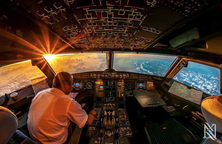 Pulsanti e nuvole. E' un paesaggio inusuale, catturato da un punto di vista decisamente privilegiato quello di Karim Nafatni. Grazie a lui, entriamo nella cabina di pilotaggio per sbirciare le traiettorie degli aerei. A bordo, il fotografo di Dubai segue il lavoro dei piloti, per raccontare attraver