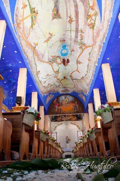 Impactante decoración de la iglesia con camino de pétalos ideal para tu boda en playa por Bodas Huatulco