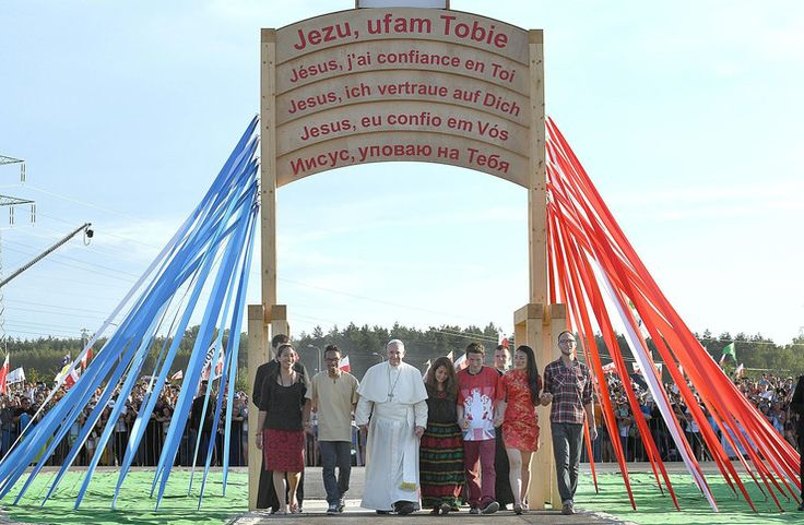 Najlepsze zdjęcia z wizyty papieża Franciszka w Polsce -  papiez przechodzi z młodymi przez Brame Miłosierdzia