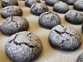 Biscoitos de Alfarroba Ingredientes - 250g de farinha - 150g de açúcar - 125g de farinha de alfarroba - 100g de azeite - 3...