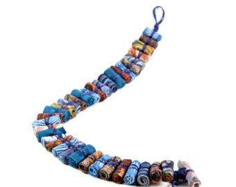 Anhänger Sind Sie gewagt? Möchten Sie bewundert werden?  Diese Faser Jumbo Perlen Halskette ist leicht, macht Spaß und so anders! Die Schnur ist einstellbar, so Sie die Länge passen, was du trägst.  Ein neues Konzept der Gilgulim Studio, das Ihnen ermöglicht, eine einfache Outfit tragen während der Betäubung, jeder mit einem fabelhaften Schmuck  Perlen Größe sind 5 cm lang/3 cm wide-1.96/1.18  Maximale Halskette Länge: 118 cm - 46,45  Diese Halskette ist eine einzigartig und bereit ...