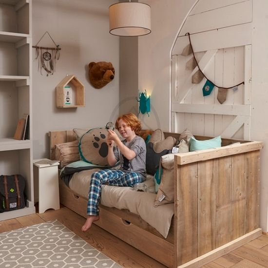 Een bedbank van steigerhout is een ideaal basismeubel voor elke jongenskamer. Zoek je een robuust en stoer jongensbed, dan is dit de juiste keuze.